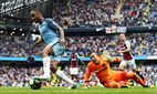 Raheem Sterling of Manchester City goes around West Ham United goalkeeper Adrian on his way to scori / Bild: (c) imago/BPI (imago sportfotodienst)