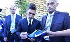Aug 27 2015 Monaco Monaco LIONEL MESSI autographing for fans while walking in the Forum Grima / Bild: (c) imago/ZUMA Press (imago sportfotodienst)