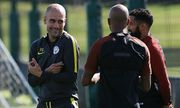 Manchester City manager Pep Guardiola chats to Fabian Delph and Gael Clichy at training ahead of the / Bild: (c) imago/BPI (imago sportfotodienst)