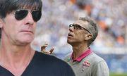 Schalke Veltins Arena 04 10 15 Kölns Trainer Peter Stöger schaut hoffnungsvoll nach oben während / Bild: (c) imago/mika (imago sportfotodienst)