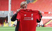 Manager of Liverpool Jurgen Klopp poses with a replica shirt Jurgen Klopp press conference PK Pre / Bild: (c) imago/Sportimage (imago sportfotodienst)