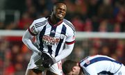 Victor Anichebe of West Bromwich Albion feels the pain from a knock in a sensitive area during the E / Bild: (c) imago/BPI (imago sportfotodienst)