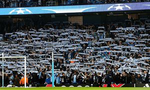 Manchester City fans hold up their scarves during the UEFA Champions League Group D match between Ma / Bild: (c) imago/BPI (imago sportfotodienst)