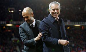 Manchester United ManU manager Jose Mourinho shares a joke with counterpart Pep Guardiola of Manche / Bild: (c) imago/BPI (imago sportfotodienst)