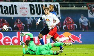 Timo Werner RB Leipzig wird gefoult von Torwart Ralf Fährmann FC Schalke 04 1 Fussball Bundes / Bild: (c) imago/Christian Schroedter (imago sportfotodienst)
