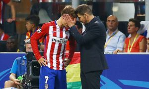 Atletico Madrid manager Diego Simeone with Antoine Griezmann after he failed to score from a penalty / Bild: (c) imago/BPI (imago sportfotodienst)