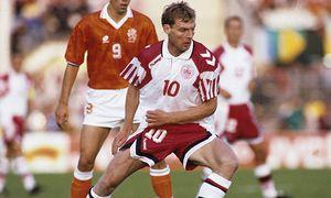 Europameisterschaft 1992 Niederlande Dänemark 6 7 n V Lars Elstrup DEN vor van Basten HM / Bild: (c) imago/Horstmüller (imago sportfotodienst)