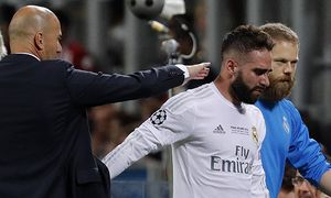 Real Madrid s coach Zinedine Zidane comforts defense Daniel Carvajal R as he leaves the field afte / Bild: (c) imago/Agencia EFE (imago sportfotodienst)