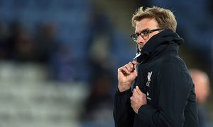 Liverpool manager Jurgen Klopp wraps up warm as he watches the warm up during the Barclays Premier L / Bild: (c) imago/BPI (imago sportfotodienst)