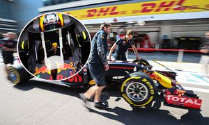 SOCHI RUSSIA APRIL 28 2016 Red Bull Racing F1 Team mechanics with a racing car at the Sochi Auto / Bild: (c) imago/ITAR-TASS (imago sportfotodienst)