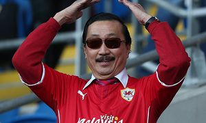 Cardiff City owner Vincent Tan does the Ayatollah before kick off BPI_KM_CARDIFF_FULHAM_080314014 jp / Bild: (c) imago/BPI (imago sportfotodienst)