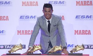 Real Madrid s Cristiano Ronaldo poses with the 2014 15 Golden Boot award and the three previous awar / Bild: (c) imago/Alterphotos (imago sportfotodienst)