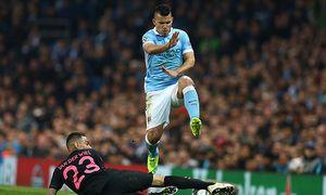 Sergio Aguero of Manchester City hurdles the tackle by Gregory van der Wiel of Paris Saint Germain d / Bild: (c) imago/BPI (imago sportfotodienst)