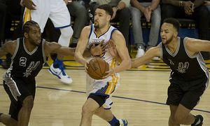 Golden State Warriors Klay Thompson C has San Antonio Spurs Kawhi Leonard 2 and Kyle Leonard 1 / Bild: (c) imago/UPI Photo (imago sportfotodienst)
