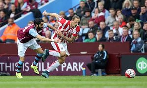 Stoke City s Marko Arnautovic beats Aston Villa s Jose Angel Crespo for pace during the Barclays Pre / Bild: (c) imago/BPI (imago sportfotodienst)