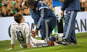 Mario Goetze D verletzt sich im Zweikampf mit Robbie Brady IRL und wird von Teamarzt Dr Wilhelm / Bild: (c) imago/Schüler (imago sportfotodienst)