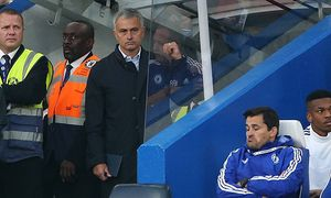 Chelsea s Jose Mourinho looks on dejected Barclays Premier League Chelsea vs Southampton Stamfor / Bild: (c) imago/Sportimage (imago sportfotodienst)