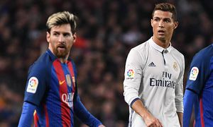 Cristiano Ronaldo of Real Madrid and Lionel Messi of FC Barcelona Barca with Andre Gomes behind du / Bild: (c) imago/BPI (imago sportfotodienst)
