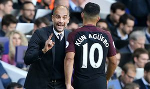 Manchester City s Pep Guardiola speaks to Sergio Aguero during the Premier League match at White Har / Bild: (c) imago/Sportimage (imago sportfotodienst)