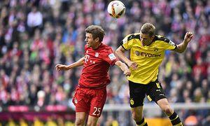 Kopfballduell Zweikampf Aktion Sven Bender BVB Borussia Dortmund rechts gegen Thomas Müller FC B