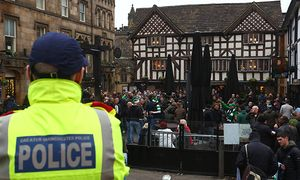 Fußball CL Manchester City Celtic Glasgow vor Spielbeginn Police watch on as Celtic fans enjoy / Bild: (c) imago/BPI (imago sportfotodienst)