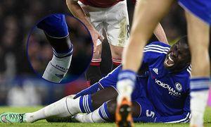 Kurt Zouma of Chelsea screams in pain after injurubg himself during the Barclays Premier League matc / Bild: (c) imago/BPI (imago sportfotodienst)