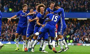 Chelsea players mob N Golo Kante of Chelsea as he celebrates scoring his goal to make it 4 0 during / Bild: (c) imago/BPI (imago sportfotodienst)
