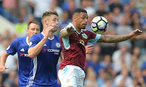 Gary Cahill of Chelsea and Andre Gray of Burnley during the Premier League match between Chelsea and / Bild: (c) imago/BPI (imago sportfotodienst)