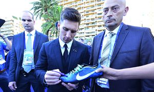 Aug 27 2015 Monaco Monaco LIONEL MESSI autographing for fans while walking in the Forum Grima / Bild: (c) imago/ZUMA Press (imago sportfotodienst)