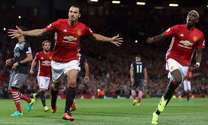 Zlatan Ibrahimovic of Manchester United ManU celebrates scoring his sides second goal with Paul Pogb / Bild: (c) imago/BPI (imago sportfotodienst)