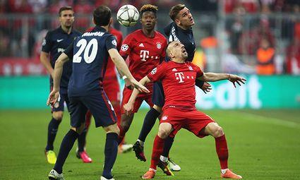 Antoine Griezmann of Atletico Madrid and Franck Ribery of Bayern Munich collide during the UEFA Cham / Bild: (c) imago/BPI (imago sportfotodienst)