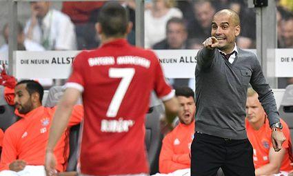 Trainer Coach Josep Pep Guardiola FC Bayern München Gestik Geste am Spielfeldrand mit Franck Ribery / Bild: (c) imago/Michael Weber (imago sportfotodienst)
