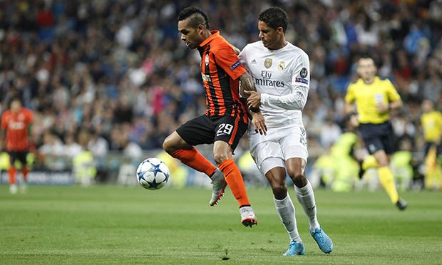Real Madrid s Raphael Varane R and Shakhtar Donetsk s Alex Teixeira during Champions League soccer / Bild: (c) imago/Alterphotos (imago sportfotodienst)