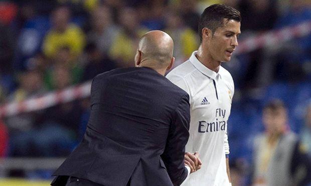 Fußball UD Las Palmas Real Madrid Real Madrid s head coach Zinedine Zidane L greets forward Cri / Bild: (c) imago/Agencia EFE (imago sportfotodienst)