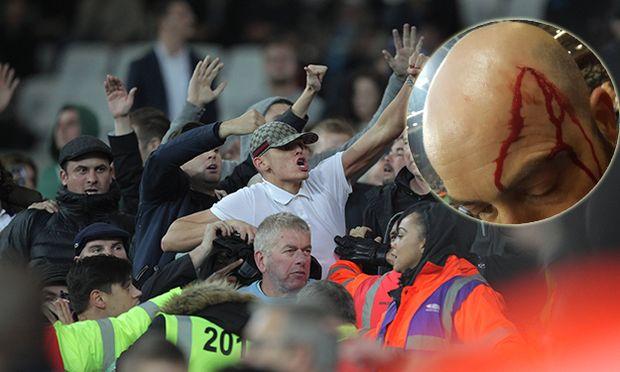 West Ham fans taunt Chelsea fans during the EFL Cup 4th Round match between West Ham United and Chel / Bild: (c) imago/BPI (imago sportfotodienst)