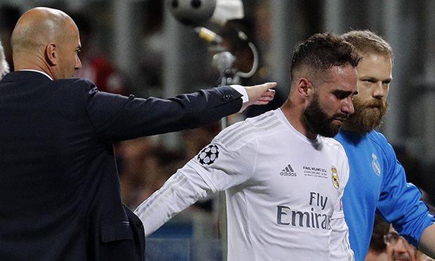 Real Madrid s coach Zinedine Zidane comforts defense Daniel Carvajal R as he leaves the field afte / Bild: (c) imago/Agencia EFE (imago sportfotodienst)