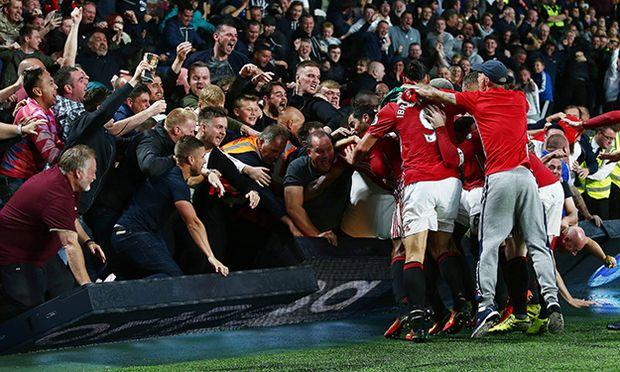 Bilder des Tages SPORT Manchester United ManU fans push over the advertising board as they celebr / Bild: (c) imago/BPI (imago sportfotodienst)