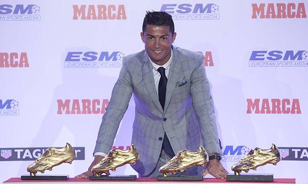 Real Madrid s Cristiano Ronaldo poses with the 2014 15 Golden Boot award and the three previous awar / Bild: (c) imago/Alterphotos (imago sportfotodienst)