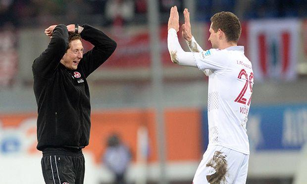 Paderborn Jubel Freude nach dem Sieg Konrad Fuenfstueck Trainer 1 FC Kaiserslautern mit Stipe V / Bild: (c) imago/Eibner (imago sportfotodienst)