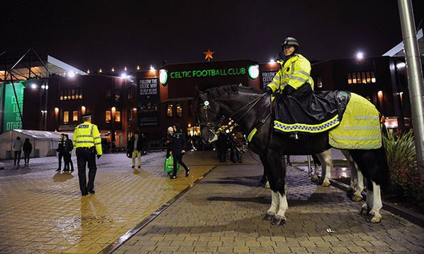 Police patrol around Celtic Park before kick off during the UEFA Europa League Group A match between / Bild: (c) imago/BPI (imago sportfotodienst)