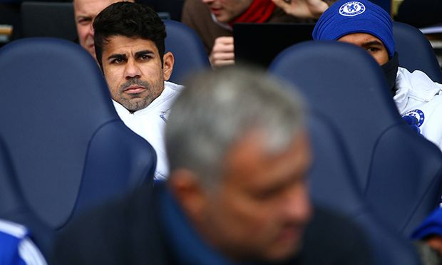 Diego Costa of Chelsea looks on from the substitutes bench behind manager Jose Mourinho during the B / Bild: (c) imago/BPI (imago sportfotodienst)