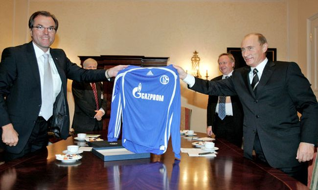 Toennies of German soccer club Schalke 04 and Russian President Putin hold jersey with Gazprom logo in Dresden / Bild: (c) REUTERS (© Itar Tass / Reuters)